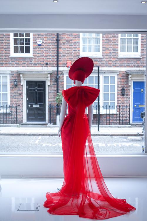 Hình ảnh Phuong MyBridal tại cửa hàng Wedding Club, London.