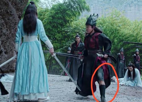Diễn viên lộ quần jeans khi chạy, ở phim Trần tình lệnh.