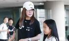 Triệu Vy đến sân bay cùng con gái