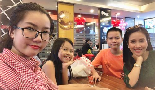 Ca sĩ Vân Khánh bên ba đứa con.