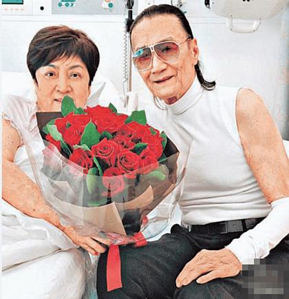 Ông Tạ Hiền vào thăm bà Trân Chân ở bệnh viện.