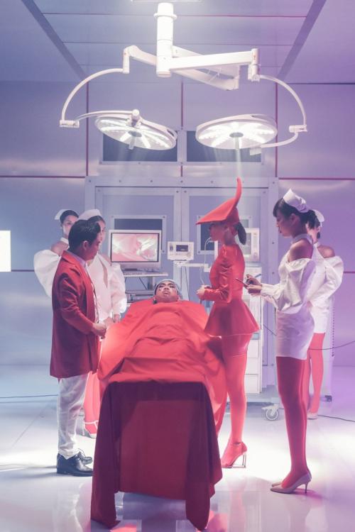 Diễn viên Minh Dự hóa thân thànhcô gái được Hồ Ngọc Hà và bác sĩ Chiêm Quốc Thái phẫu thuật.