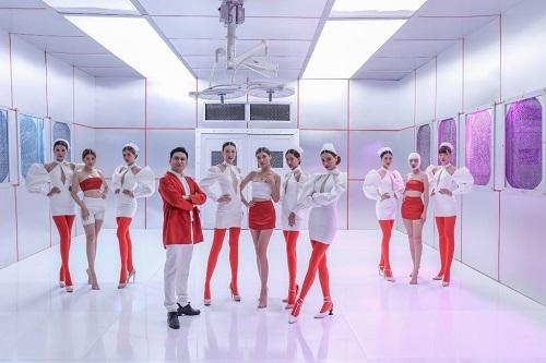 MV có sự đầu tư về bối cảnh, trang phục và số lượng diễn viên quần chúng.