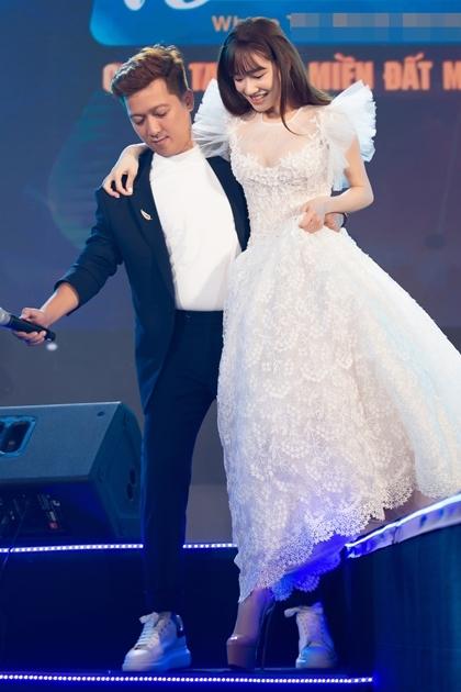 Nhã Phương được chồng bế xuống sân khấu.