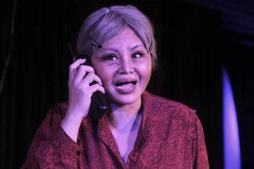 Lê Giang diễn bi trong cảnh bà Tám trò chuyện điện thoại tưởng tượng với con gái. Ảnh: Mai Nhật.