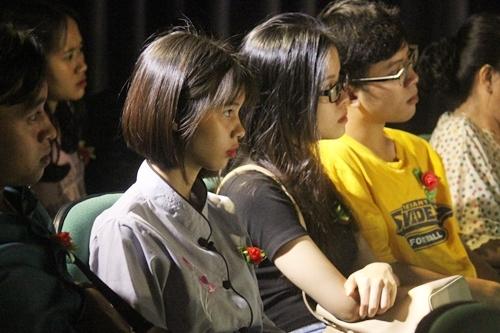 Mỗi khán giả được tặng hoa hồng đỏ hoặc trắng - tượng trưng cho những ai còn hoặc mất mẹ - khi xem kịch tối 18/8. Ảnh: Mai Nhật.