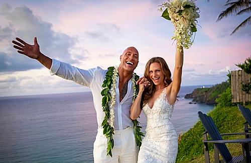 The Rọc và Lauren Hashian trong lễ cưới bên bờ biển Hawaii (Mỹ).