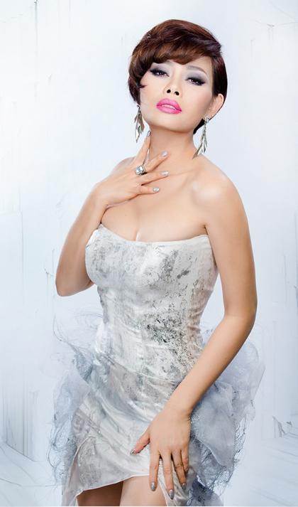 Năm 2008, Ngọc Anh sang Mỹ định cư. Lúc này, chị đổi sang kiểu tóc ngắn. Ca sĩ chuộng trang điểm mắt khói, son hồng.