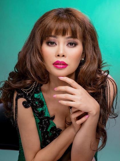 Năm 2016, ởtuổi 40, Ngọc Anh để tóc xoăn dài, kết hợp kiểu mái bằng trẻ trung. Gương mặt chị không có nhiều thay đổi. Mỗi năm, ca sĩ về nước một, hai lần để tham gia các liveshow của nhạc sĩ Phú Quang.