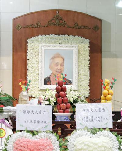 Di ảnh Hạ Bình. Bà mất ngày 5/8 vì bệnh tật, hưởng thọ 82 tuổi.