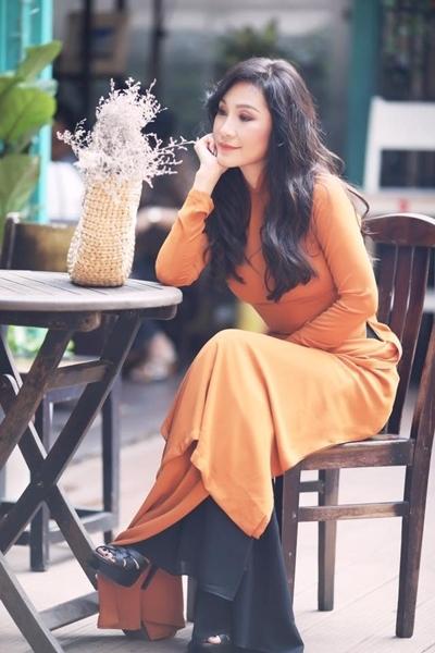 Với Hồng Đào, tà áo dài giữ vị trí quan trọng trong tủ đồ của chị. Diễn viên thường chọn áo dài mặc trong các sự kiện trang trọng như họp báo, ra mắt phim...