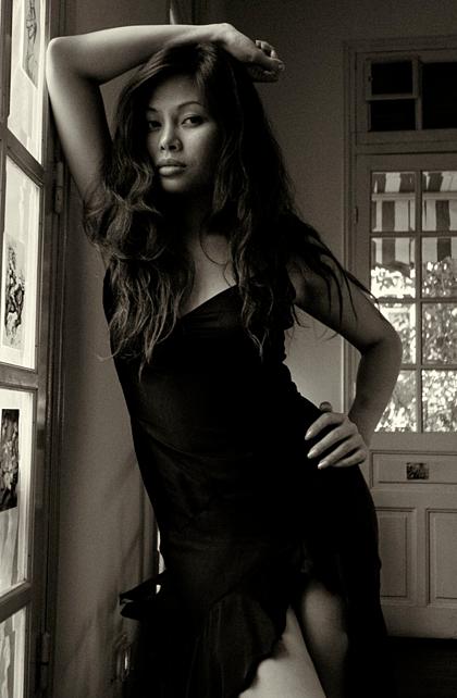 Ngọc Anh nổi tiếng là thành viên sexy nhất nhóm Tam ca 3A. Trong bức ảnh chụp năm 2001, Ngọc Anh diện váy ôm, xẻ đùi cao. Mẹ khuyến khích tôi ăn mặc gợi cảm. Bà nói: Khi con già đi, con sẽ không còn làm được điều đó.