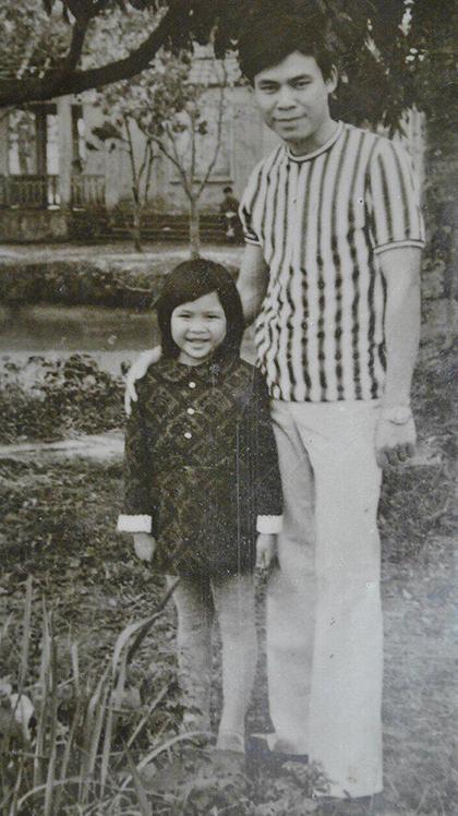 Ngọc Anh 3A tên đầy đủ là Hoàng Ngọc Anh, sinh năm 1975 ở Hà Nội. Năm ba, bốn tuổi, chị bắt đầu bộc lộ năng khiếu âm nhạc, được bố mẹ khuyến khích theo nghệ thuật. Ngọc Anh hồi bé có khuôn mặt trái xoan, đôi mắt nhỏ.