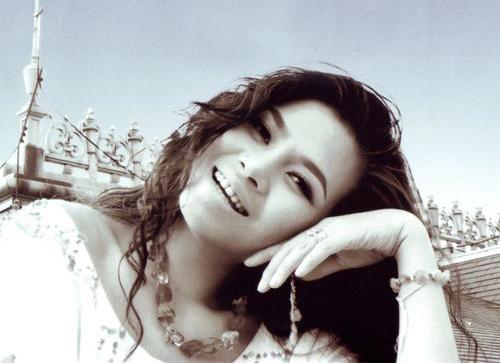 Ca sĩ để mốt tóc xoăn nhẹ, hất mái ngược khi chụp ảnh bìa CD 69′59″, hợp tác với nhạc sĩ Phú Quang, phát hành năm 2005.