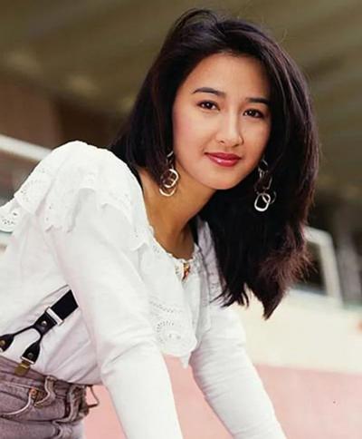 Nữ diễn viên thay đổi nhiều kiểu tóc, từ xoăn, ngắntới ngang vai, duỗi thẳng.