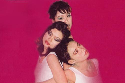 Ngọc Anh (trái) năm 20 tuổi trên bìa đĩa Lãng du ca của nhóm Tam ca 3A, phát hành năm 1995. Hai thành viên còn lại của nhóm làchị em Minh Anh (phải), Minh Ánh. Tam ca 3A có khả năng trình diễn nhiều thể loại, từ Pop Ballad đến Rock, dân gian đương đại.