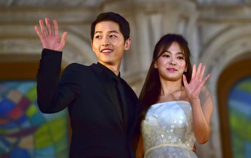 Hai tháng qua, nhiều cặp sao châu Á thông báo chia tay. Hôm 27/6, Song Joong Ki, Song Hye Kyo thông báo hôn nhân tan vỡ sau chưa đầy hai năm chung sống. Trên QQ, luật sư của Joong Ki nói nguyên nhân ly hôn ở phía nữ diễn viên. Song Hye Kyo im lặng trước các tin đồn ngoại tình, có bầu với người đàn ông khác. Cuối tháng 7, người đẹp kiện những người tung tin thất thiệt quanh việc cô ly hôn. Ảnh: AFP/Jung Yeon-Je.