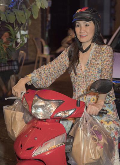 Diễn viên Hồng Đào lái xe máy đi làm từ thiện. Ảnh: Cường Coco.