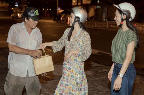 Diễn viên Hồng Đào (giữa) và ca sĩ Hà Thanh Xuân (phải) phát quà cho người vô gia cư. Ảnh: Cường Coco.