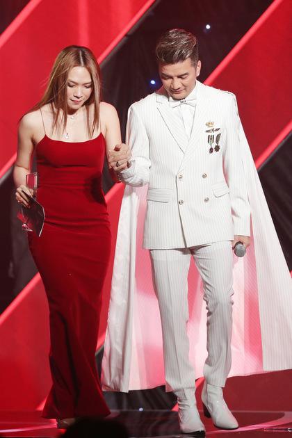 Ca sĩ được Đàm Vĩnh Hưng dìu lên sân khấu nhận giải thưởng Super icon (Nhân vật có trang bìa ấn tượng).