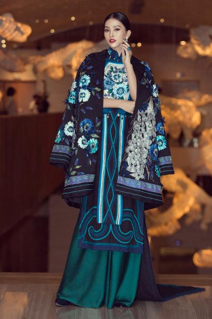 Sự kiện có chủ đề Viet soul (Tâm hồn Việt), vì vậy các người đẹp chọn những bộ cách lấy cảm hứng từ vẻ đẹp truyền thống.Trong ảnh: Hoa hậu Tiểu Vy diện áo dài cách điệu phối áo khoác thêu hoa cầu kỳ.