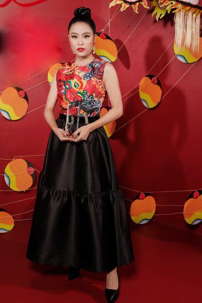 Hoàng Thùy Linh phối váy lụa với áo họa tiết long phụng. Cô nhận giải Ca sĩ phong cách nhất năm.