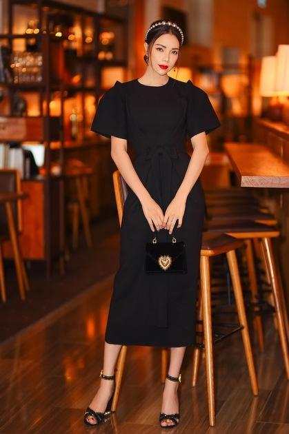 Trà Ngọc Hằng lựa chọn thiết kế trơn mới ra mắtcủa Dolce & Gabbana giá 150 triệu đồng,kết hợpclutch 40 triệu đồng và đôi giày 30 triệu đồng cùng thương hiệu.