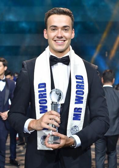 Jack Heslewood nhận cúp Mr World trong đêm chung kết tại Philippines hôm 23/8. Ảnh: MissItems.