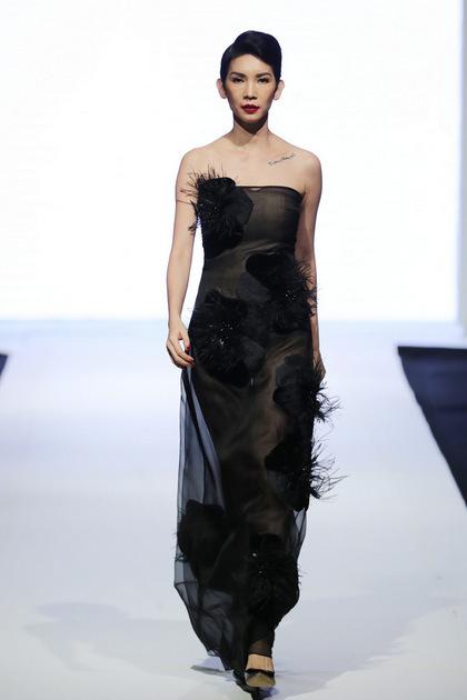Cựu người mẫu làm vedette khép lại show.
