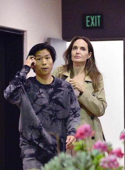 Angelina Jolie và Pax Thiên đi ăn trưa tại Los Angeles hôm 22/8. Ảnh: Hollywood Life.