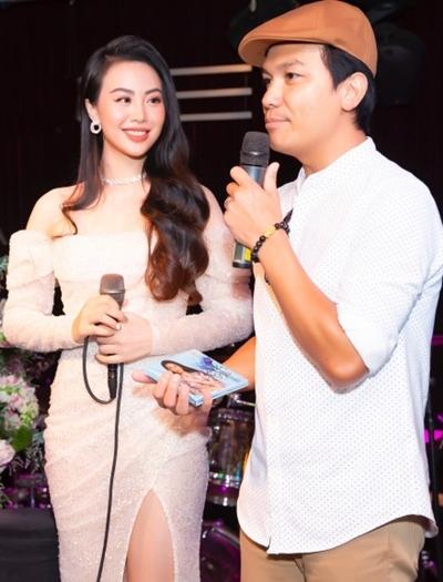 Mạnh Quỳnh bên học trò Dương Huệ.