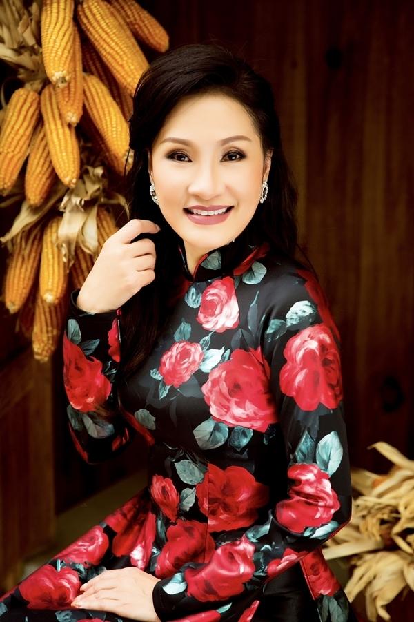 Hồng Đào làm mẫu áo dài cho tuổi trung niên