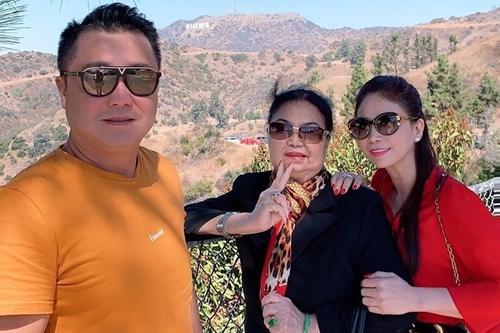 Lý Hùng cùng mẹ và em gái tại ngọn đồi