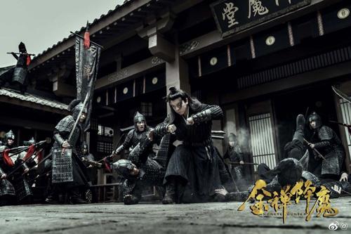 Cảnh phim Kim thiền hàng ma. Ngoài Thích Tiểu Long, phim có sự tham gia của Hồ Quân, Diêu Tinh Đồng...