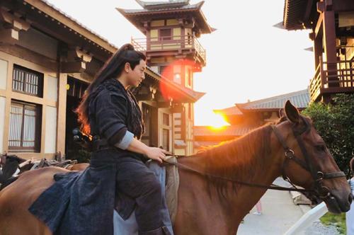 Trên trang cá nhân, Thích Tiểu Long nói thích thú khi đóng cảnh cưỡi ngựa.