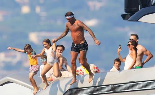 Cựu cầu thủ bóng đá hào hứng khi tắm biển cùng lũ trẻ.