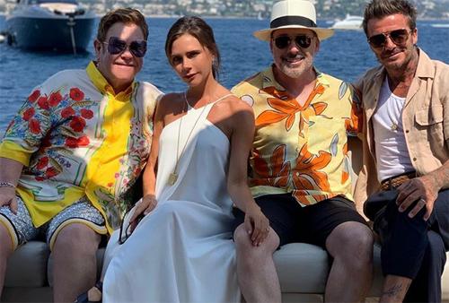 Theo Eonline, nhóm sao đi nghỉ dưỡng dịp cuối tuần tại bờ biển phía Nam nước Pháp, trên du thuyền trị giá hơn 3 triệu USD. Nguồn tin cho biết hai gia đình có quãng thời gian vui vẻ, dành cả ngày tắm biển và chơi đùa bên nhau. Trên Instagram, Vic đăng tấm hình cô cùng David (phải) và vợ chồng Elton John với chú thích: Kỳ nghỉ hè tuyệt vời bên gia đình, bạn bè. Chúng tôi yêu Elton John, David Furnish và các con trai hai người rất nhiều.