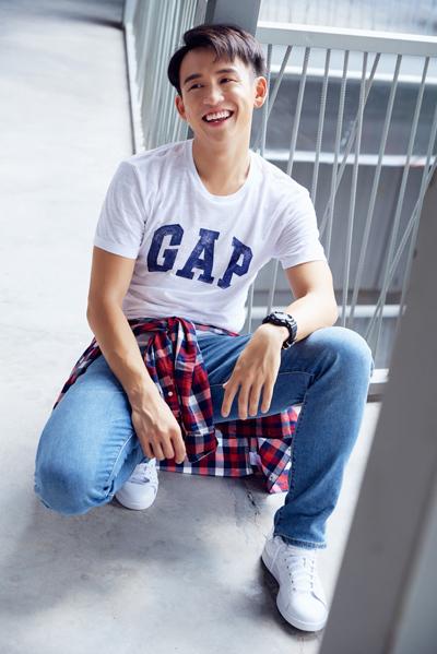 MC Quang Bảo diện những kiểu quần denim được thiết kế với công nghệ GapFlex hiện đại.