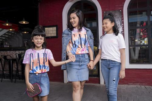 Kể từ khi trình làng những thiết kế denim đầu tiên vào năm 1969 tại San Francisco, thương hiệu thời trang đến từ Mỹ - GAP đến nay vẫn luôn không ngừng sáng tạo để cho ra đời các sản phẩm denim với phom dáng và phong cách mới lạ. Để đánh dấu chặng đường 50 năm của thương hiệu, GAP vừa trình làng BST Fall 2019 với chủ đề It's Our Denim Now.