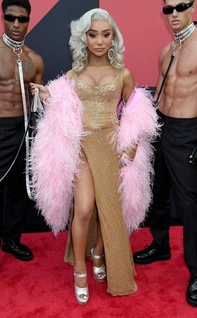 Khăn lông hồng không phù hợp khi phối cùng váy vàng.