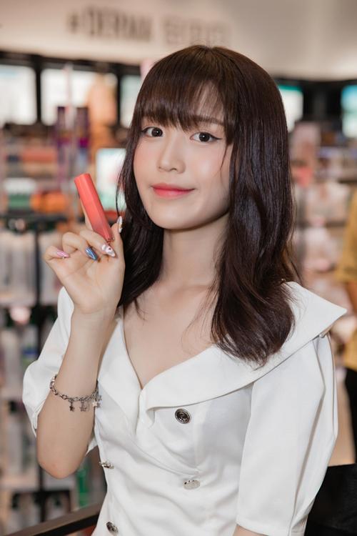 Han Sara - cô nàng người Hàn Quốc lớn lên ở Việt Nam cũng bị thu hút khi thương hiệu son của quê nhà có mặt tại TP HCM. Giọng ca Đếm cừu liên tục thử bảng màu son để tìm kiếm cho mình sắc màu ưng ý.
