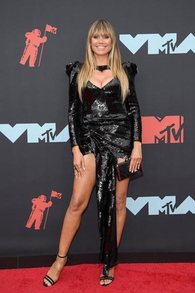 Chiếc vạt giữa váy của Hedi Klum bị cho là thừa.