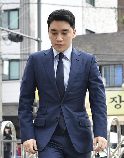 Seungri tới sở cảnh sát ngày 28/8. Ảnh: Dispatch.