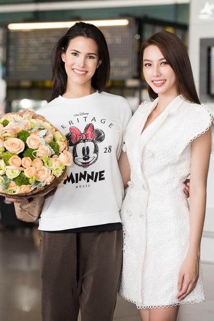 Thùy Tiên đón Hoa hậu Quốc tế ở sân bay.