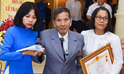 Nghệ sĩ Trần Hạnh (giữa) được con gái (áo trắng) đưa đi nhận giải. Ảnh: Giang Huy.