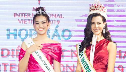 Á hậu Tường San (trái) bên Miss International 2018 Mariem Velazco.