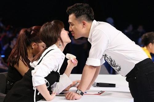 Hari Won và Trấn Thành âu yếm nhau trong hậu trường một gameshow.