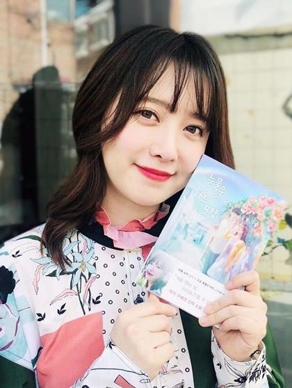 Hye Sun khoe cuốn tiểu thuyết Nước mắt hình trái tim lọt danh sách bán nhất tháng 8 tại Hàn Quốc và được xuất bản sang Indonesia hôm 31/8.