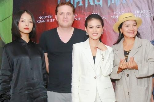 Từ trái sang: diễn viên chính Yu Dương, đạo diễn Peter, diễn viên Mai Bích Trâm, diễn viên Kiều Trinh.