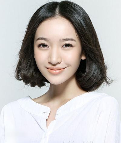 Bạch Tuyết, sinh năm 1992, đóng Song Nhi.